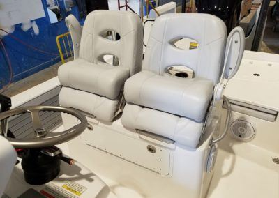 bay-b-25-contender-llebroc-seating-fiberglass-leaning-post2